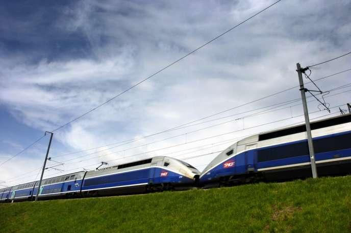 Voyages-sncf emploie 1 000 personnes, dont la moitié dans des bureaux disséminés aux quatre coins du monde pour vendre aux touristes étrangers la marque France. En 2013, 8 millions de voyages ont été vendus hors de France.