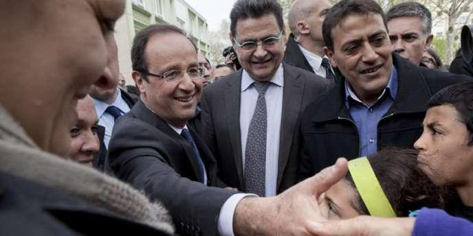 François Hollande en visite à Vaulx-en-Velin (Rhône), dans la banlieue lyonnaise, le vendredi 6 avril.