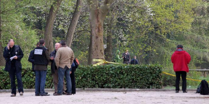 Des membres de la police judiciaire à proximité des lieux où a été abattue une femme de 48 ans à Grigny, le 5 avril 2012.