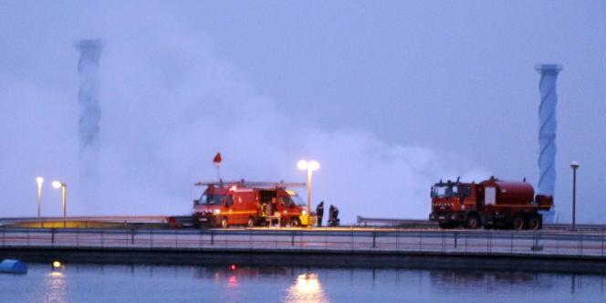 Des véhicules de pompiers devant la centrale de Penly, le 5 avril 2012.