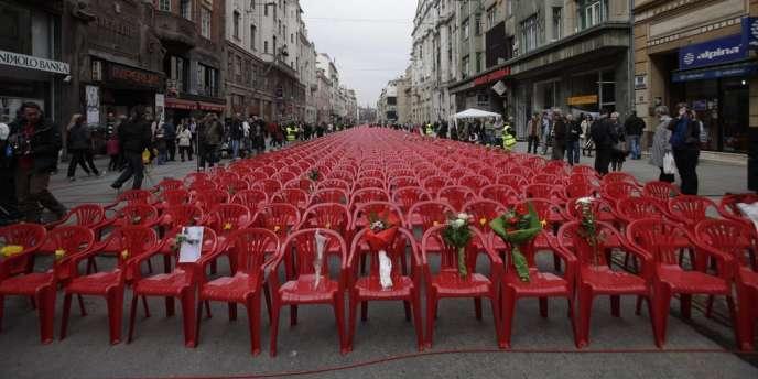 Des chaises rouges sont disposées dans une rue de Sarajevo à l'occasion du 20e anniversaire du début de la guerre en Bosnie, le 6 avril 2012.