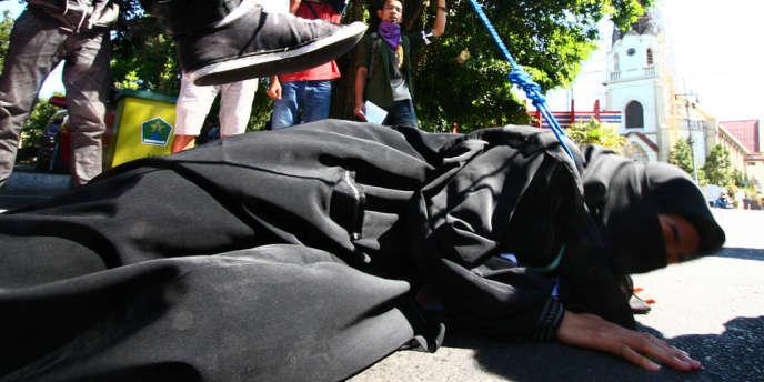 Manifestation à Malang, dans l'est de Java, pour dénoncer la condition des domestiques indonésiennes en Arabie Saoudite, en juillet 2011.