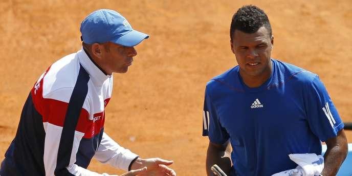 Jo-Wilfried Tsonga, ici avec Guy Forget, donne l'avantage à la France lors du premier match de Coupe Davis à Monter-Carlo, le 6 avril.