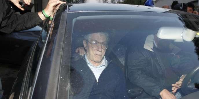 Le fondateur de la Ligue du Nord, Umberto Bossi, quitte le siège de son parti, à Milan, le 5 avril.