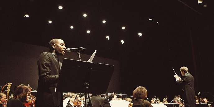 A gauche, lors du concert, au soir, à l'Espace Jacques-Prévert d'Aulnay-sous-Bois (Seine-Saint-Denis). -