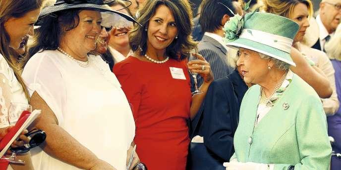 Gina Rinehart (en blanc) face à la reine Elizabeth II à Perth, en Australie, le 27 octobre 2011. -