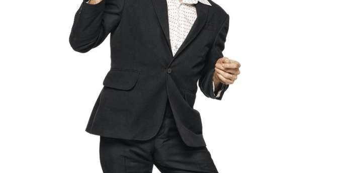 Willem dafoe est photographié par Alexei Hay. Il porte une veste et un pantalon carven, une chemise  en coton louis vuitton, des chaussettes en coton Falke et des chaussures lanvin. -