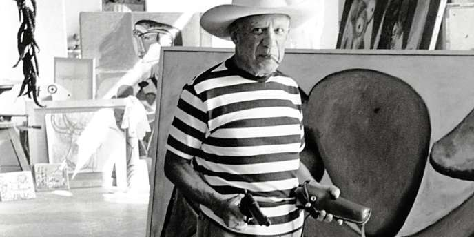 Pablo Picasso dans son atelier de Cannes,  en 1957.