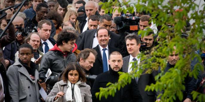 François Hollande descend la passerelle de la fraternité, à Aubervilliers, lors d'une visite le samedi 7 avril.