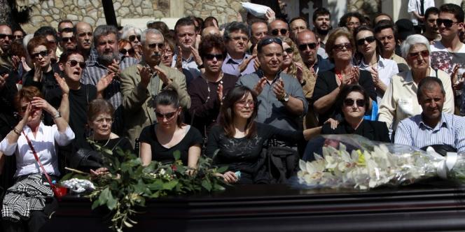 En quelques jours, le geste du retraité est devenu le symbole du désarroi provoqué par la crise économique en Grèce.