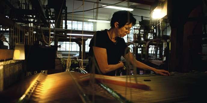 Dans l'atelier lyonnais de Tassinari & Chatel, Maryvonne Nahon pratique le tissage à bras.