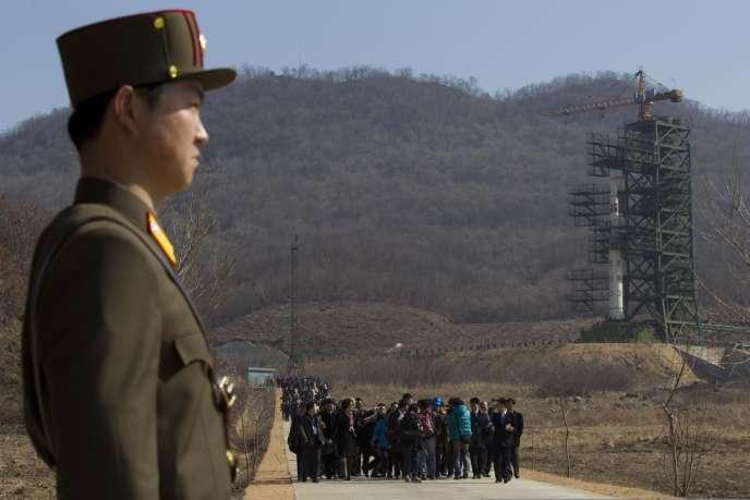 Un groupe de journalistes étrangers a pu accéder au centre spatial où la fusée nord-coréenne a été mise en place.