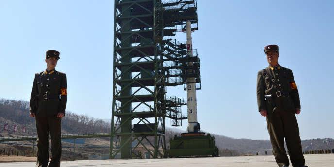 La fusée nord-coréenne, censée mettre en orbite la semaine prochaine un satellite, a été installée sur sa plateforme de lancement, malgré les protestations internationales, ont constaté dimanche des journalistes étrangers au centre spatial de Tongchang-ri.