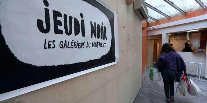 Les associations Jeudi Noir et Droit au logement occupent une clinique désaffectée à Paris depuis la nuit de dimanche pour protester le mauvais traitement du mal-logement dans la campagne.