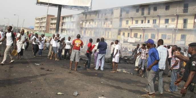 Des Nigérians s'approchent du lieu d'une attaque à la bombe, le 8 avril, à Kaduna.