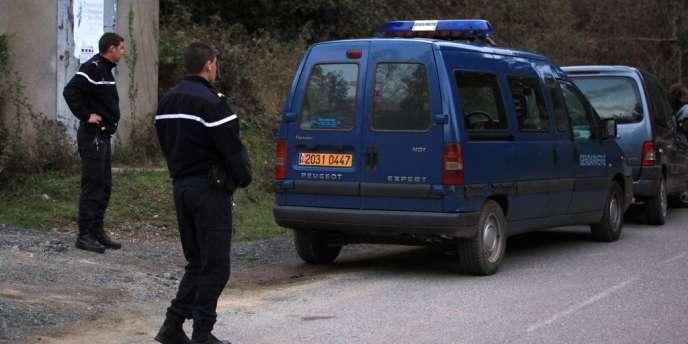 Des gendarmes forment un périmètre de sécurité, le 8 avril à Ghisonaccia près d'Aleria, après la mort par balles de Joseph Sisti et de Jean-Louis Chiodi.