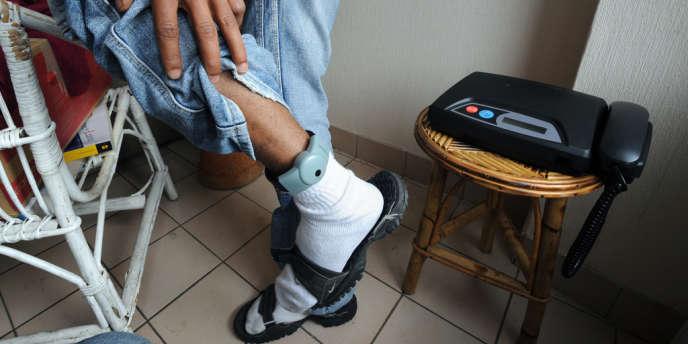 Un homme porte un dispositif de placement sous surveillance électronique, en France, en octobre 2010.