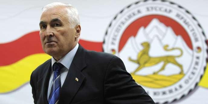 Formé, selon l'agence publique russe Ria Novosti, à l'école du KGB de Minsk à l'époque soviétique, Leonid Tibilov, 60 ans, a le grade de général et été ministre de la sécurité d'Etat de l'Ossétie du Sud – chef du