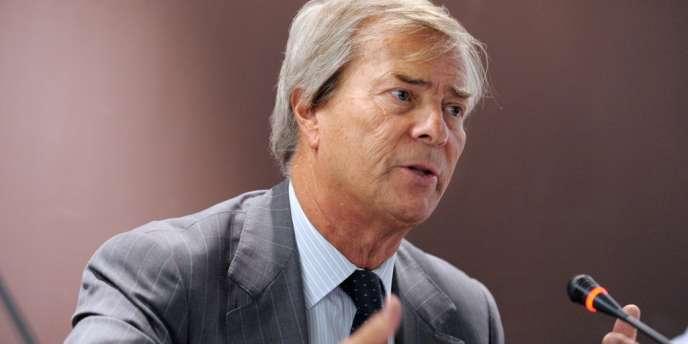 Il y a aussi deux hommes que le dossier SFR pourrait peut-être rapprocher : M. Bouygues et Vincent Bolloré, l'actionnaire principal de Vivendi. Mais ce n'est pas acquis car ces deux-là ont ont un lourd passif depuis que le second a tenté de prendre le contrôle du groupe familial du premier.