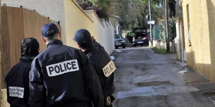 Dans l'impasse près de Lyon où a été retrouvé le véhicule calciné de malfaiteurs ayant renversé mortellement un officier de la BAC.