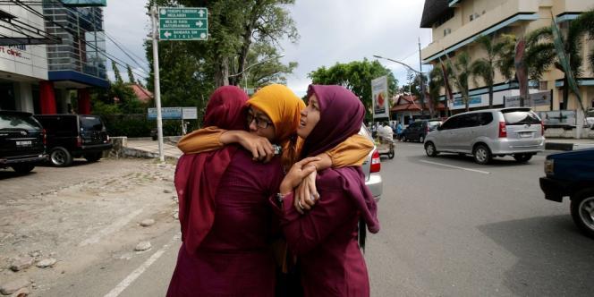 Des habitants effrayés après les séismes qui ont frappé Banda Aceh, mercredi 11 avril.