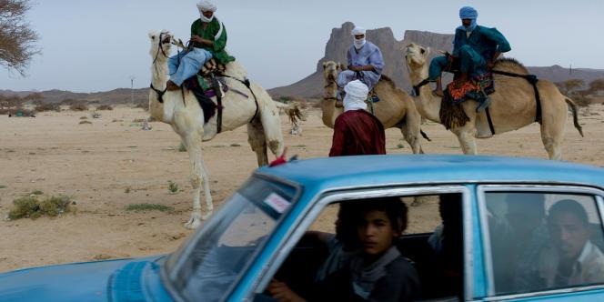 Des Touareg, dans le désert près de Tamanrasset, dans le sud de l'Algérie