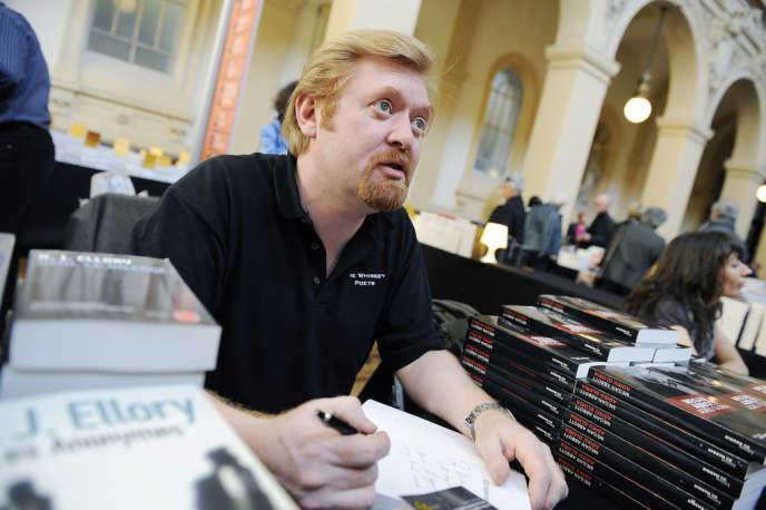Le romancier britannique Roger Jon Ellory lors d'une séance de dédicaces au festival Quais du polar à Lyon, le 25 mars 2011.
