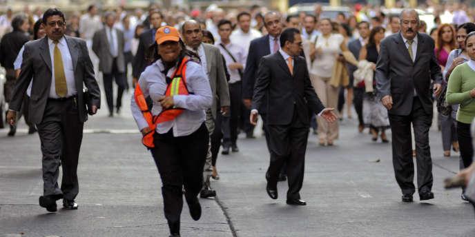Des Capitalinos regagnent leur travail après le séisme du 11 avril 2012.
