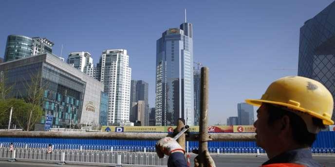 Un ouvrier sur un chantier à Pékin, le 13 avril 2012.