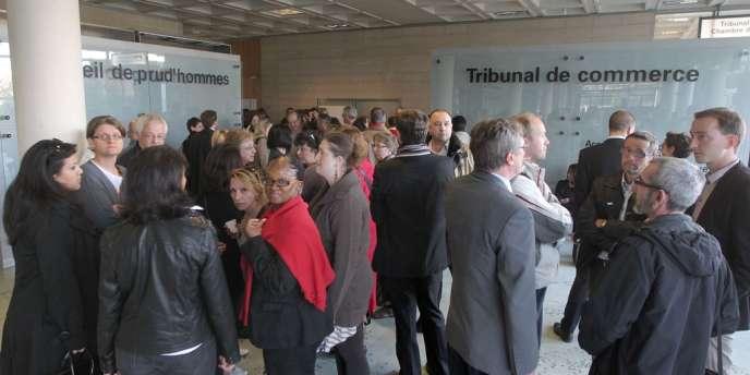 Des employés du groupe Sernam devant le tribunal de commerce de Nanterre en mars 2012.