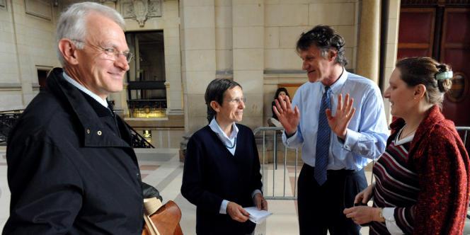 Les parties civiles, Bernard Touchebeuf (2e à droite) et Sophie Poirot (à droite), lors d'une suspension d'audience lors du procès de leur ancien thérapeute M. Yang Ting.