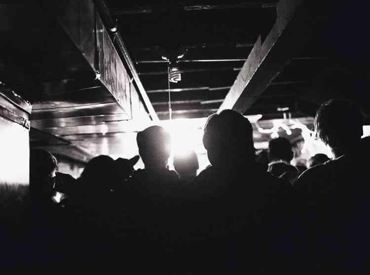 En haut, à droite,  un house show,  concert dans la cave d'une maison privée,  à Garfield Avenue. Photo: Olivia Bee pour M, Le magazine du Monde