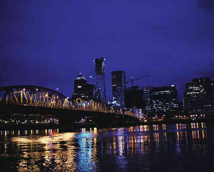 Le pont  Hawthorne  sur la rivière Willamette  à Portland.Photo: Olivia Bee pour M, Le magazine du Monde
