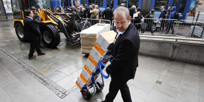 le 10 avril à Oslo, un employé du palais de justice transporte des exemplaires de la seconde expertise psychiatrique d'Anders Behring Breivik, qui le déclare apte à être jugé.