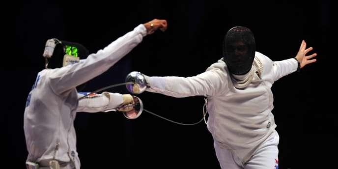 L'Américain Weston Kelsey fait mouche face au Français Yannick Morel en finale des Mondiaux d'épée à Kiev le 14 avril.