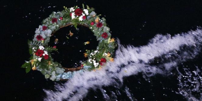 Des capitaines et chefs mécaniciens ont déposé des couronnes de fleurs à l'eau.