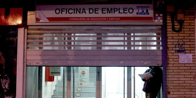Une agence pour l'emploi en Espagne. En l'espace d'un an, d'avril2013 à avril2014, le nombre de jeunes chômeurs a diminué de 202000 dans la zone euro.