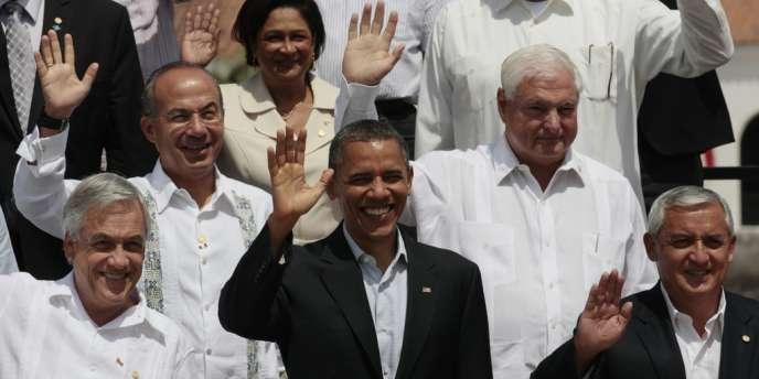 Barack Obama, entouré des présidents du Chili, Sebastian Piñera (à gauche) et du Guatemala, Otto Pérez (à droite). Au second plan, Felipe Calderon (Mexique, à gauche), et Ricardo Martinelli (Panama).  Au troisième plan, la première ministre de Trinité-et-Tobago, Kamla Persad-Bissessar.