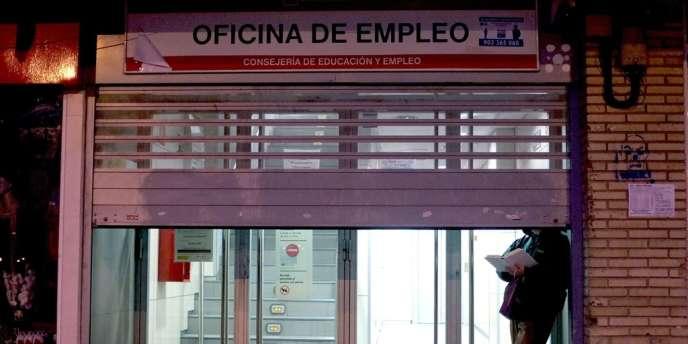 Cette aide d'une durée de six mois pour les chômeurs en fin de droits, créée en février 2011, a depuis été prolongée de six mois en six mois. Sa suppression porterait un nouveau coup aux chômeurs espagnols, alors que le nombre de ces derniers ne cesse d'augmenter.
