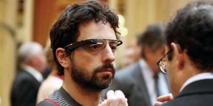 Sergueï Brin, cofondateur de Google, teste un prototype de Google Glass, le 5avril2012.