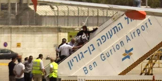 Des activistes pro-Palestiniens sont rapatriés dans leur pays de départ, à l'aéroport Ben Gurion près de Tel Aviv, le 15 avril 2012.