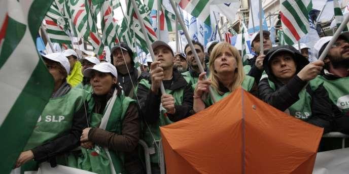 En Italie, le plan de rigueur du gouvernement de Mario Monti est montré du doigt. Ici, une manifestation dans les rues de Rome, le 13 avril 2012.