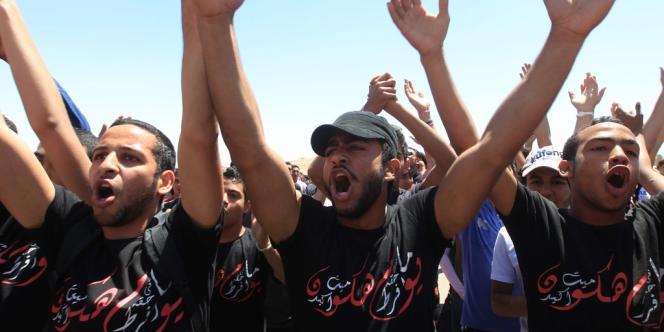 Des supporters du club de foot égyptien Al-Ahly manifestent à l'ouverture du procès du drame de Port-Saïd, le 17 avril.