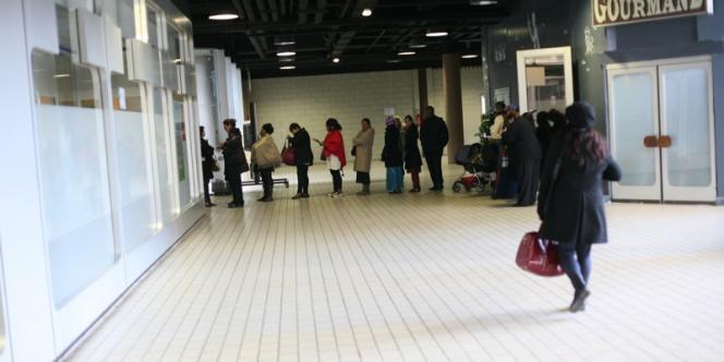 Les files d'attente devant une Caisse d'allocations familiales, en Seine-Saint-Denis.