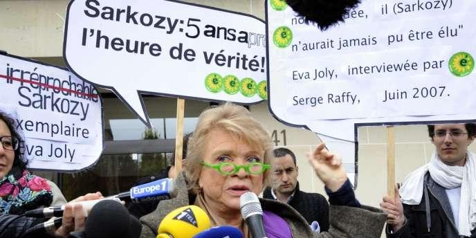 La candidate d'Europe Ecologie-Les Verts, Eva Joly, à Neuilly-sur-Seine, mercredi 18 avril.