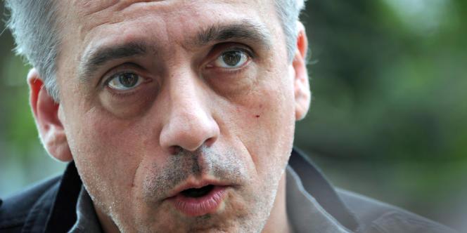 Philippe Poutou, le 18 avril à l'usine Arkema à Martigues.