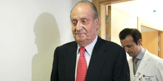Le roi d'Espagne Juan Carlos à sa sortie de l'hôpital mercredi 18 avril.