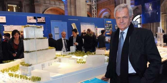 Yves Gabriel, président de Bouygues construction, devant le modèle du futur palais de justice de Paris, prévu dans la ZAC Clichy-Batignolles (15 février 2012).