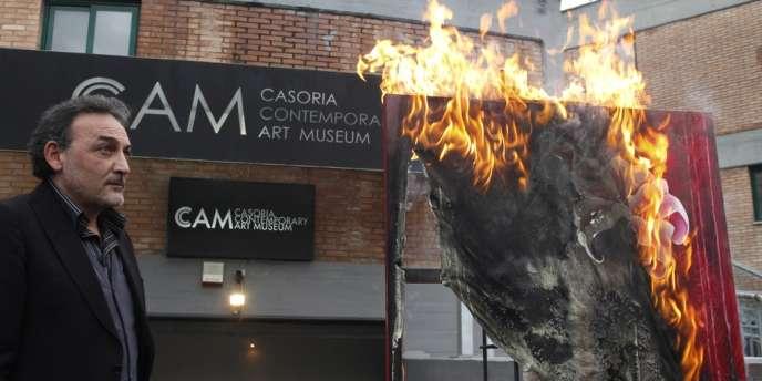 Antonio Manfredi, a mis le feu à le tableau d'une artiste française, Séverine Bourguignon.