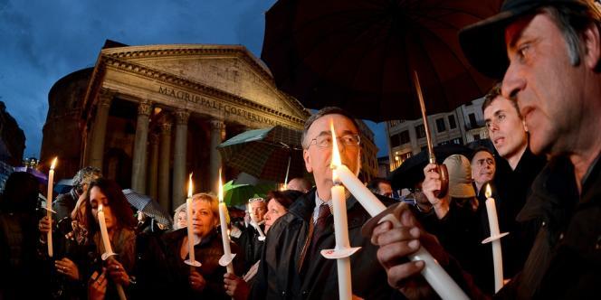 Des manifestants tiennent des bougies face au Panthéon à Rome pour protester contre la politique du gouvernement italien, le 18 avril.